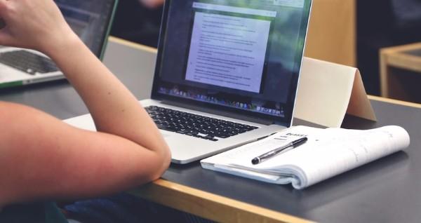 Étudiant ordinateur prise de note